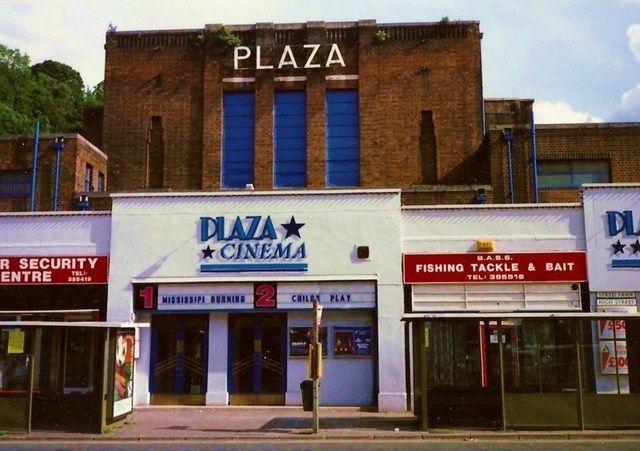 Cymru - Bangor → Plaza Cinema, nadat ik voor de regen uit Schotland was gevlucht, hield ik het in Noord-Wales ook niet droog. Een film gekeken - ik geloof over dinosauriers of zo. De kleine bioscoop zelf maakte meer indruk.