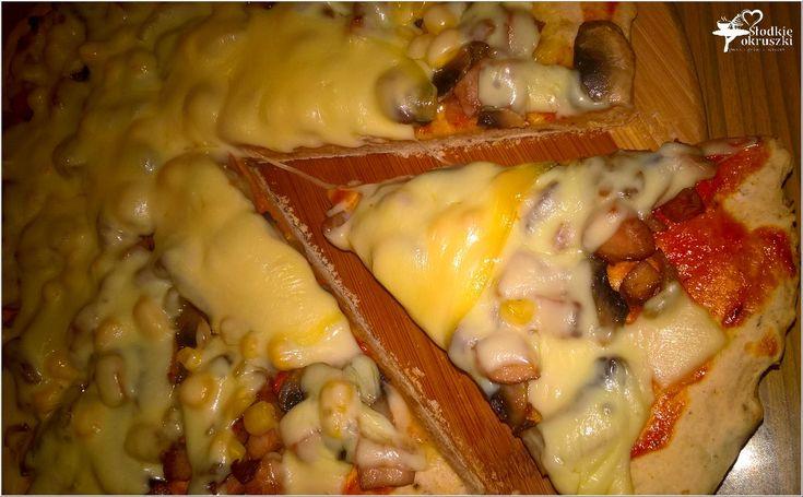 Pizza z wędzonym kurczakiem na cieście z prażoną cebulką