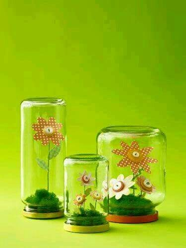 Bloem in pot. Gebruik een glazen pot met deksel. Bekleed de deksel met wat mos of vilt en maak hier een pijpenrager of ijzerdraad aan vast. Maak bloemen van papier en gebruik een knoop als hart.   Getipt door: Tip van de juf
