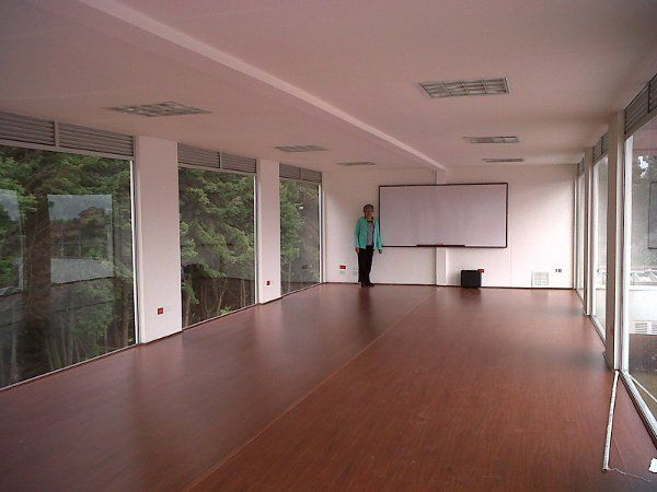 Interior aula universidad con contenedores iso40 for Maison 6 container