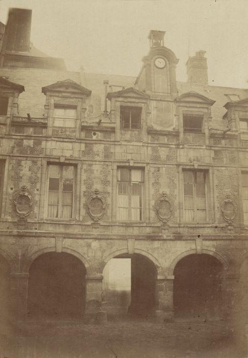 Façade, cour intérieure de l'ancien Hôtel des premiers présidents du Parlement (?) - Ancienne Préfecture de police de Paris, rue de Jérusalem, 1850-1854 par Pierre Ambroise Richebourg.
