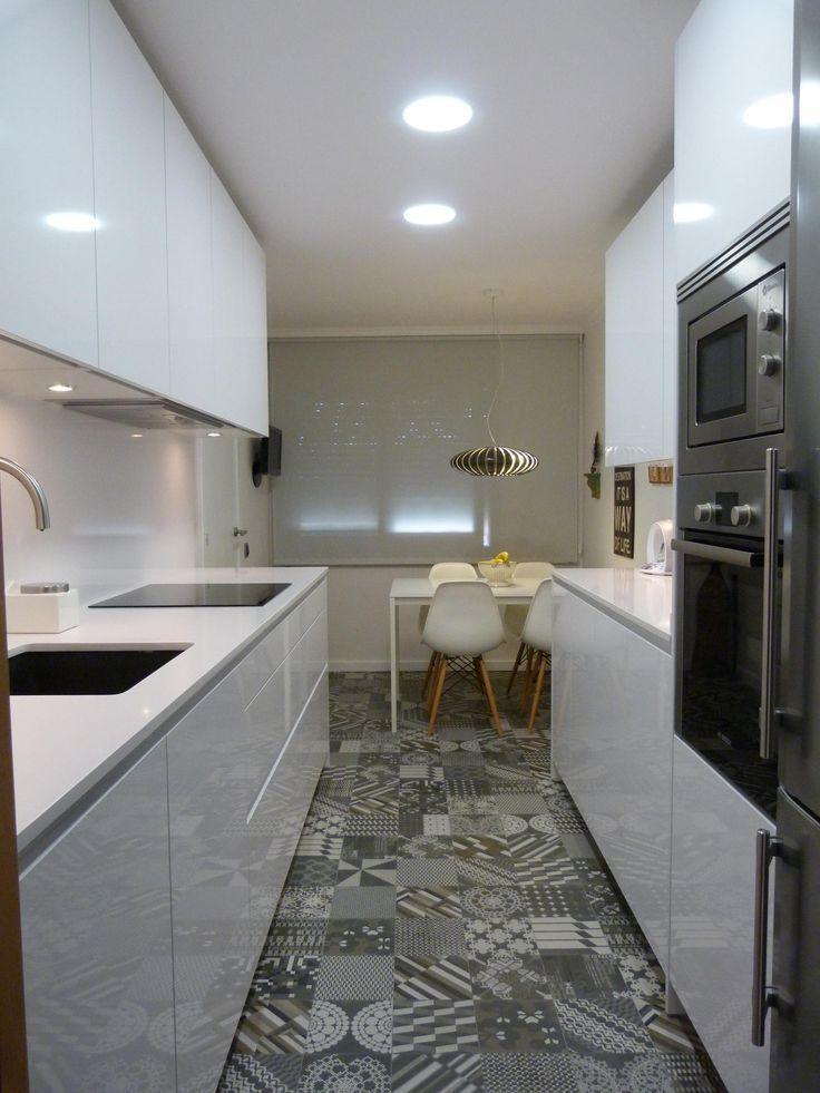 reforma cocina, planta alargada con 2 frentes y zona de comedor junto a la ventana, muebles lacados en blanco, suelo baldosas hidráulicas varios dibujos.: