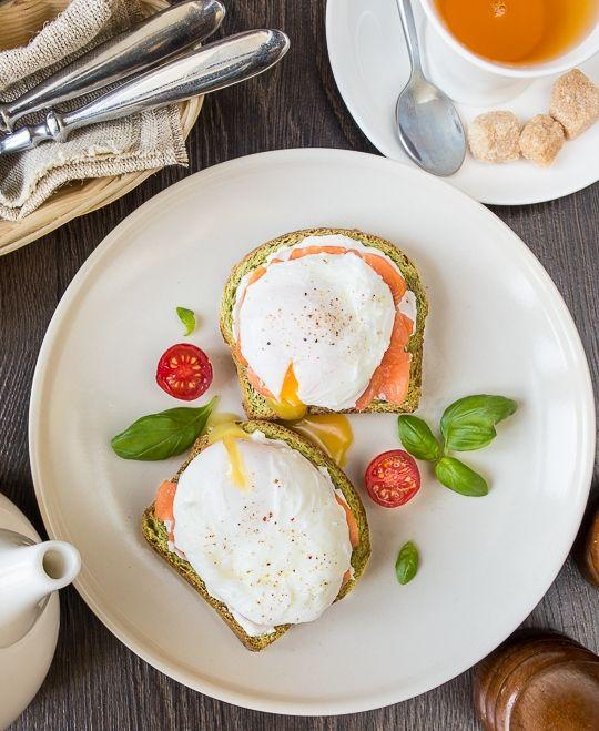 Яйца пашот с лососем и козьим сыром