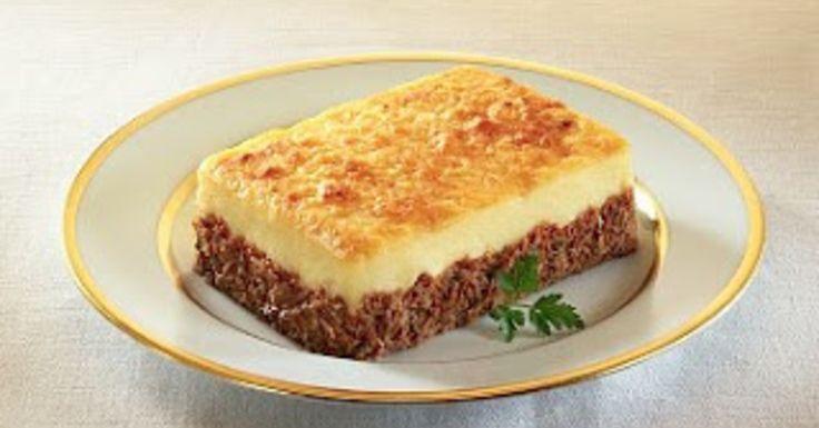 Este exquisito pastel de carne y papas, es ideal para el almuerzo o la cena, de toda la familia. - En una asadera aceitada, colocar la carne y encima el puré de papas