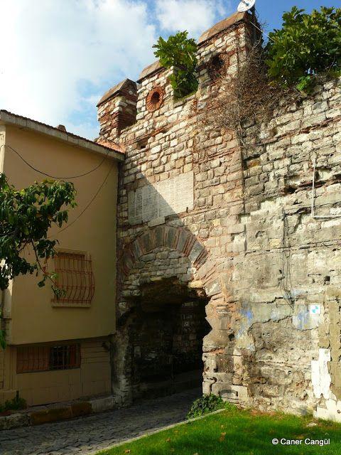 Marmara Sur Kapılarından Ahır Kapısı Çatladıkapı'ya kadar geldiğimizde surların değişecek ve bir kalıntı dikkatimizi çekecek: Bukoleon Sarayı Kalıntıları. İçinden tren geçen saray derler. Aşağıda 1850 tarihli eski fotoğrafta göreceğiniz aslanlar ise bugün İstanbul Arkeoloji Müzesi'nde sergilenmektedir.