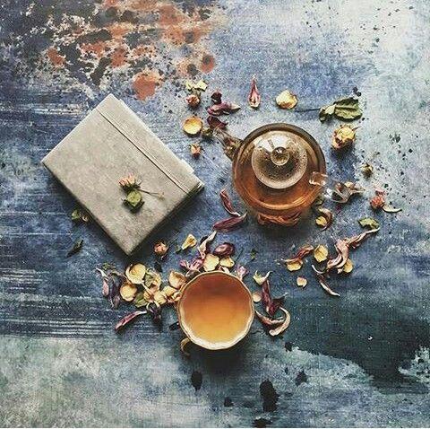 Bellissima composizione di #libri e #tè da @cups_are_love Seguite la sua pagina su Instagram! ~ #tea #testine #sweet #delicious #book #books #reading #cups #teiera #oradeltè #girl #composozioni