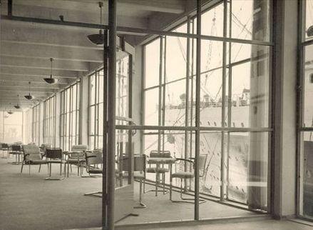Vertrekhal Holland Amerika Lijn ingericht met Gispen meubilair en lampen, z.j. Foto: Collectie BroekBakema