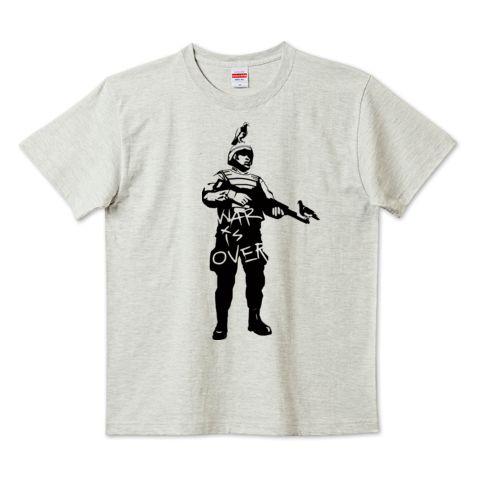「War is over」デザインの5.6ハイクオリティーTシャツ(United Athle)です。3点以上で送料無料。関連タグ「平和,モノクロ,シルエット,戦争,白黒,鳩,ステンシル,グラフィティ,兵士,ジョンレノン」デザイン説明:戦争は終わりだ。 | Tシャツトリニティは多種多様なデザイナーが出店するデザインTシャツ通販専門モールです。