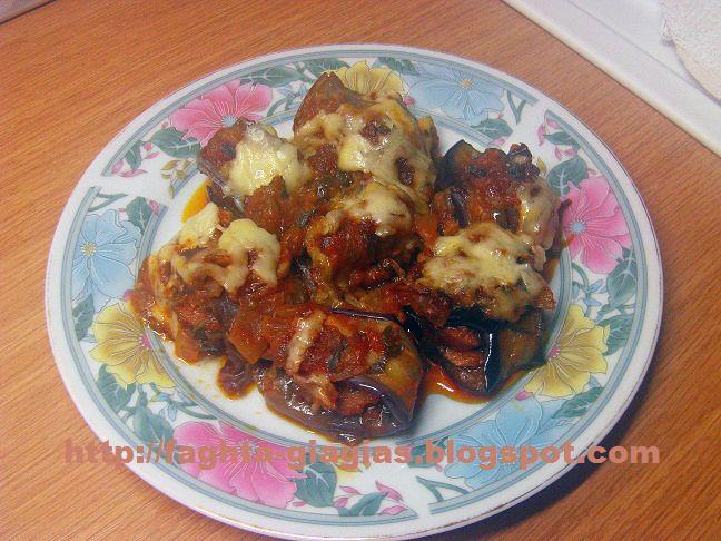 Τα φαγητά της γιαγιάς - Ρολά μελιτζάνας με λουκάνικα σε σάλτσα ντομάτας