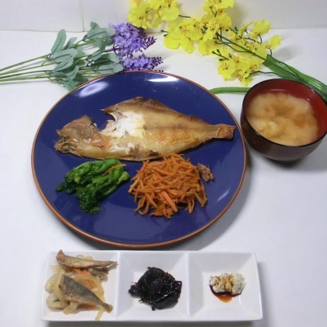 焼きカレイを皿に置いて、野菜の用意をしている間に、家のニャンコにかじられました。 - 82件のもぐもぐ - 焼きカレイ  菜の花辛子和え  人参のキンピラ  麩の味噌汁 by hiroshikimDeU
