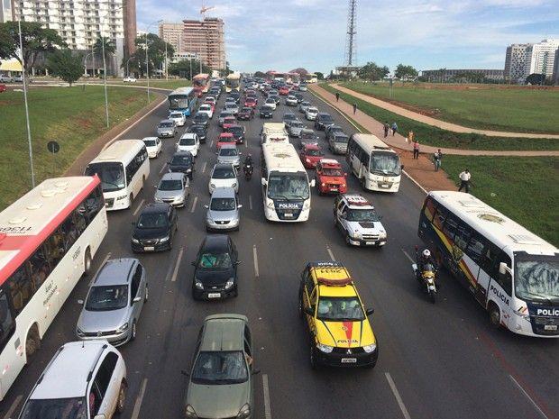 DER - GDF regulamenta parcelamento de multas de trânsito em até 12 vezes +http://brml.co/1qs0Cjv