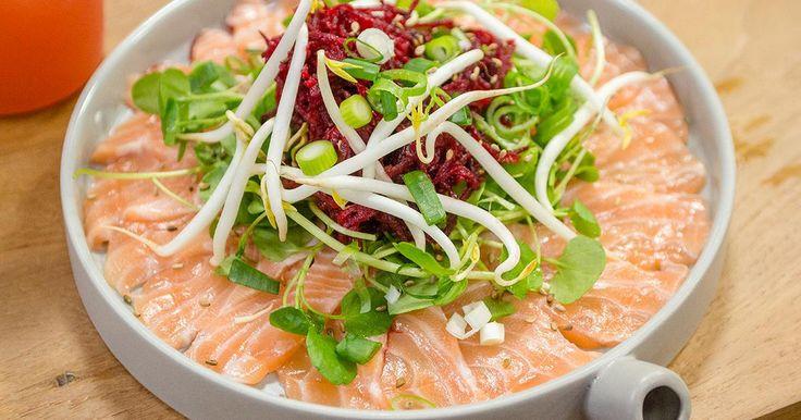Carpaccio van zalm met rode biet sojascheuten en wasabi-vinaigrette