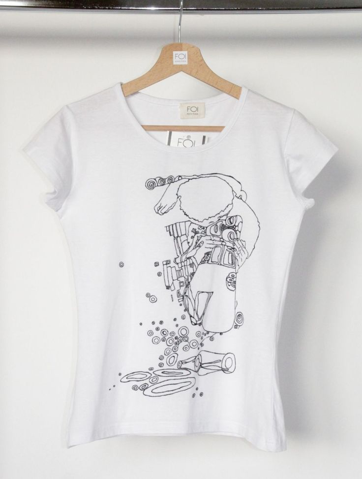 """A hand-painted t-shirt inspired by Gustav Klimt's painting """"The Kiss""""- L'art et la mode."""
