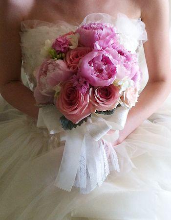 芍薬とピンクのバラのクラッチブーケ 大好きな組み合わせです。 どちらのお花も引き立つように凹凸をつけて組んでます。