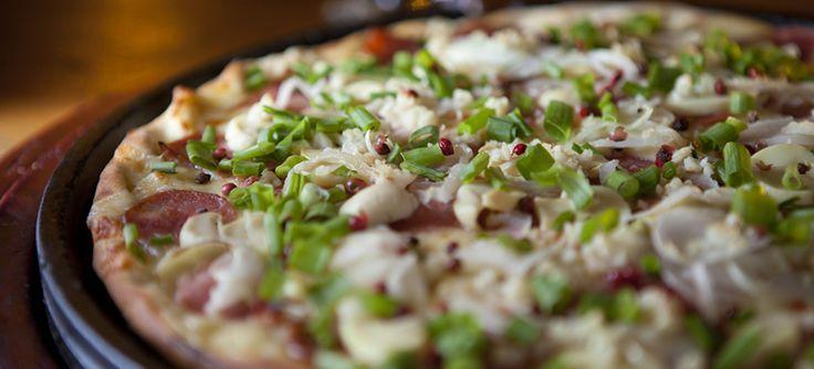Chef e sócio da pizzaria Parada do Cardoso ensina a receita da pizza Aroeira com alho, champignon, calabresa e cebola por cima da muçarela | Guia BH Mulher
