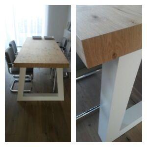 Stoere tafel met blad v eiken fineer en gespoten witte poten. In elke maat leverbaar.  Ontwerp en realisatie www.meubelenmaatwerk.nl / www.steigerhoutenzo.nl