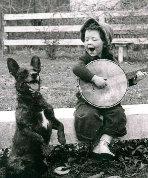 Swing Troubadour,  Ton destin, swing Troubadour, C'est d'chanter le bonheur,  Même si ton p'tit cœur, est bien lourd. (Charles Trenet)