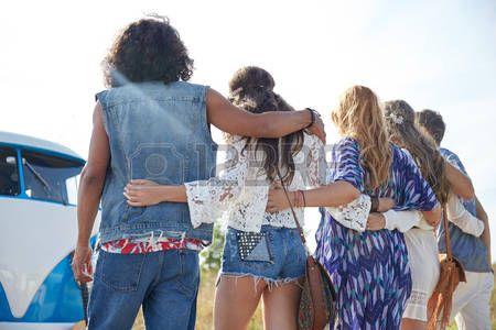 хиппи: летний отдых, путешествие на автомобиле, отдых, путешествия и люди концепции - молодые хиппи друзей, обниматься над минивэн автомобиль со спины Фото со стока