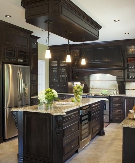 Armoires de cuisine de style classique avec un touche de riche. L'îlot et la totalité de la cuisine ont été réalisé en merisier. Le tout est harmonisé avec un comptoir de granit, New Venetian Gold.