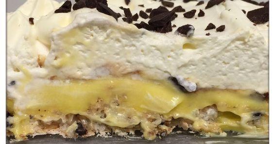 Denne nydelige kaken er laget av en marengsbunn m/kokos, toppet med vaniljekrem, svisker og kremfløte. Vi har valgt å bytte ut vaniljekrem...