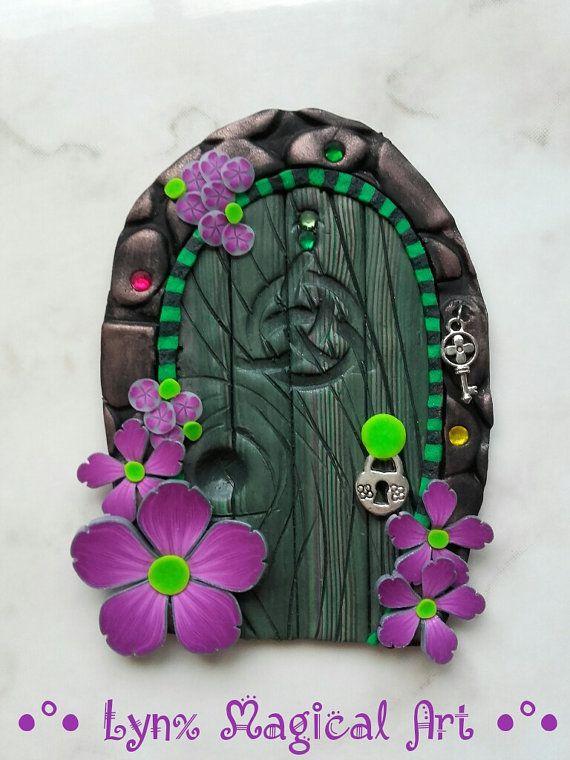 Puerta de hadas, puerta magica de fantasía. Fairy door, magic door of fantasy. Handmade in polymer clay. Hecho a mano en arcilla polimerica. He encontrado este interesante anuncio de Etsy en https://www.etsy.com/es/listing/481369726/puerta-de-hadas-verde-con-flores-moradas