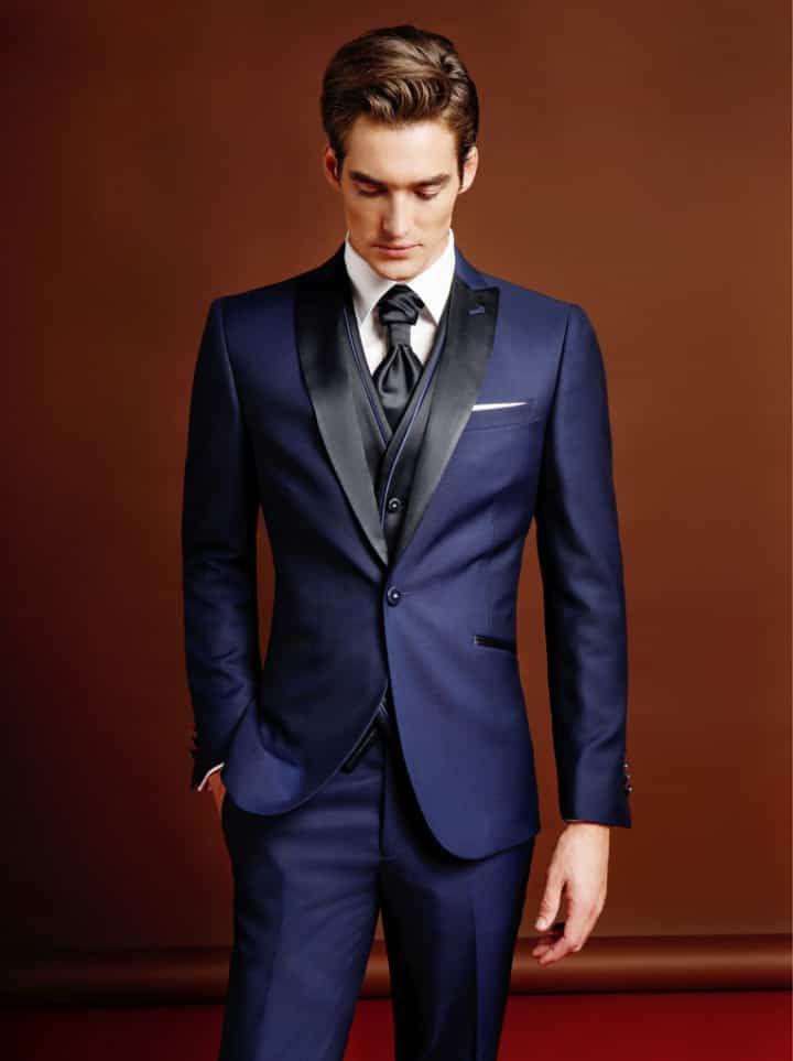 Traje de novio de tres piezas azul marino con corbata. Maestrami