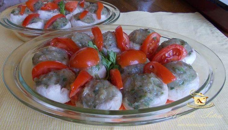 Ciuperci umplute       Un aperitiv special, natural si sanatos, ciuperci umplute cu piept de pui pe un pat de legume, preparate l...