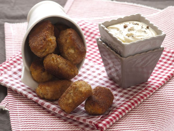 croquettes de tofu: nuggets : purée de patate douce maison 125 g de tofu ferme   fécule de maïs ou d'arrow-root farine de soja ou pois chiche 2 c. à café de graines de chia  levure maltée ou de poudre d'amandes  cumin ou  curry 1 pincée de sel Chapelure ou biscottes sans gluten broyées pour une version sans gluten Huile végétale de cuisson  sauce : 1 yaourt soja nature 1 c. à soupe d'huile d'olive 1 c. à café de moutarde 1 pincée de sel Mélange 5 baies (ou poivre)