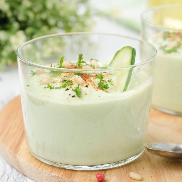 Purée d'avocat froide au yaourt et au concombre en verrines