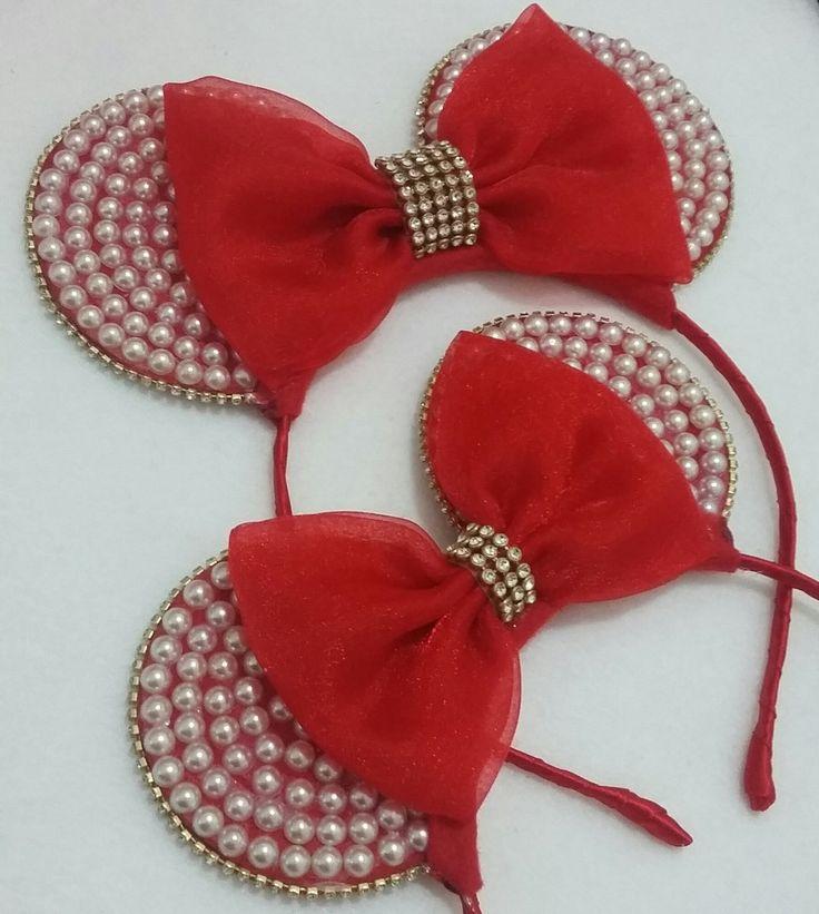 Tiaras de metal revestidas com cetim orelhas de feltro com meias pérolas e laço de organza vermelho com detalhe de Strass Medidas das orelhas: P 6 cm e meio G 8 cm