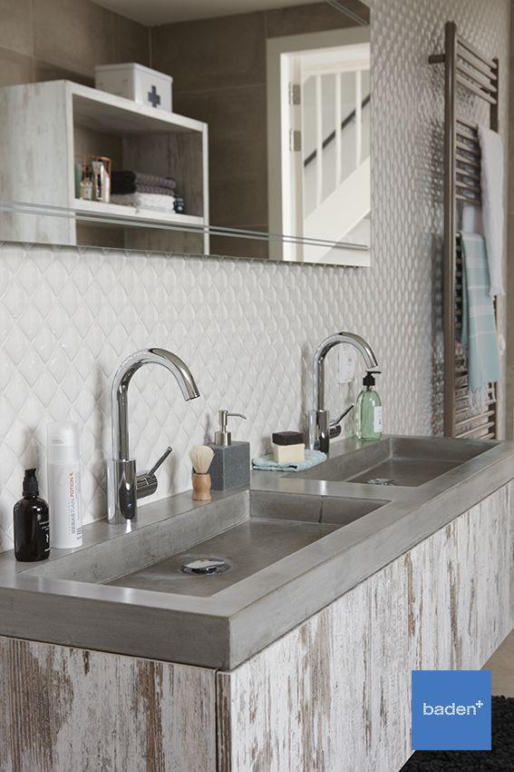 Maatwerk in uw badkamer? Dat kan! Dit prachtige meubel in whitewash met een betonnen wastafel is op maat gemaakt voor een klant van De Wilde Sanitair in Nunspeet.