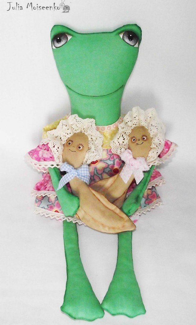 Frog mom with 2 polliwogs - Frosch mit 2 Kaulquappen - Click picture forward to see free pattern