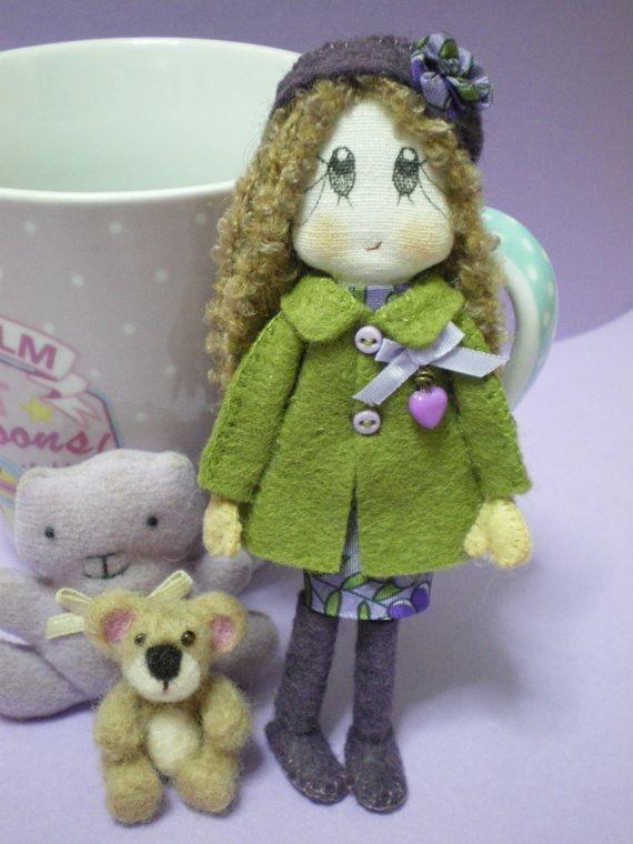 He encontrado este interesante anuncio de Etsy en https://www.etsy.com/es/listing/167338130/felicity-a-cute-handmade-doll-or-brooch