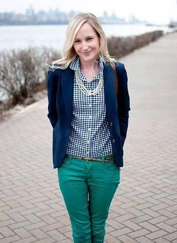 ネイビーのジャケットに、ネイビーのチェックシャツで、 色をまとめて。 グリーンのパンツをもってくるあたりは、オシャレ上級者ですね!
