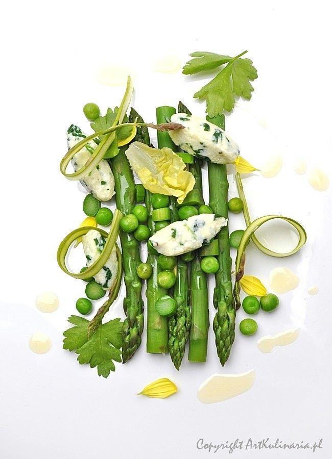 Szparagi, groszek oraz kluski z ricotty i szpinaku / Asparagus, peas, and noodles with ricotta and spinach