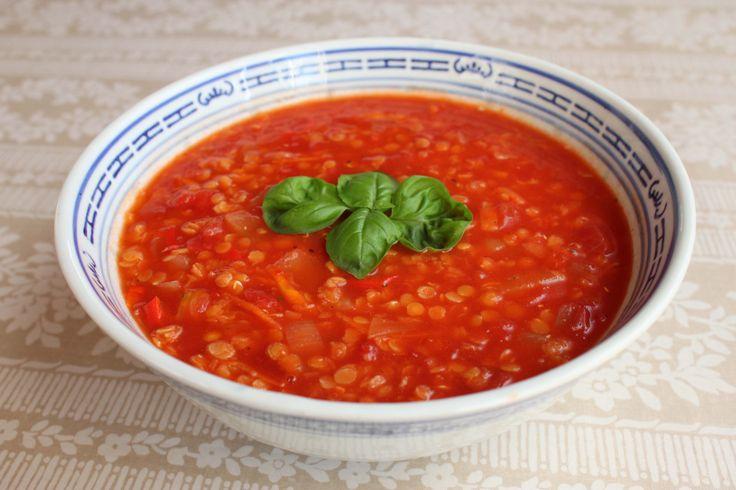 Dette er en billig og mættende suppe, og den er perfekt, hvis man kan lide stærk mad. Jeg er selv til det meget stærke, men en mildere udgave smager også dejligt.