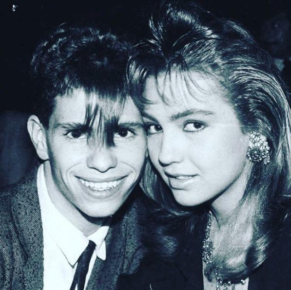 """El mayor éxito de Thalía lo tuvo en la década de los 90 - Gracias a su carrera de cantante en el grupo """"Timbiriche"""" y solista, más adelante; es también entonces cuando encontró sus primeros amores: Diego Schoening, este romance juvenil nació gracias a la convivencia en la agrupación, sin embargo, no duró mucho."""