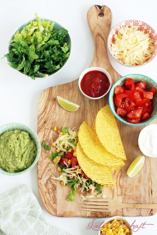 TACOS  Alles, was ihr tun müsst, ist, das Fleisch mit der fertigen Taco-Würzmischung anzubraten Alle anderen Zutaten kommen direkt auf den Tisch. Und dazu Guacamole  - würzigen Käse (gerieben), z.B. Gauda - Salat - Tomaten - Paprika - Mais - Bohnen - Salsasoße aus dem Supermarkt, Sour creme  Die Tachos mit passender Würzmischung gibt es im Supermarkt. Ihr könnt sie mit jeder Art von Gemüse oder sogar Obst wie Mango, etc. füllen - auch die Soßen dürfen unterschiedlich sein.