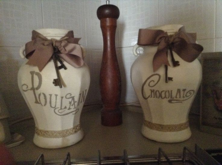 Due vasi per decorare la cucina : Vintage Paint Warm Cream, parti di stencil VP fatti a pennellino, nastro e chiavi vecchie...