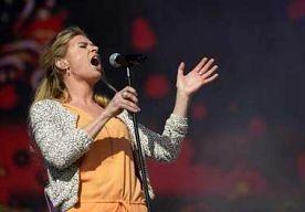 1-May-2013 16:36 - SANDRA VAN NIEUWLAND EN MÁXIMA KANS OP MILF-AWARD. Sandra van Nieuwland maakt dit jaar kans op de 538-MILF Award voor de meest sexy beroemde moeder. De zangeres die bekend werd in het programma…...
