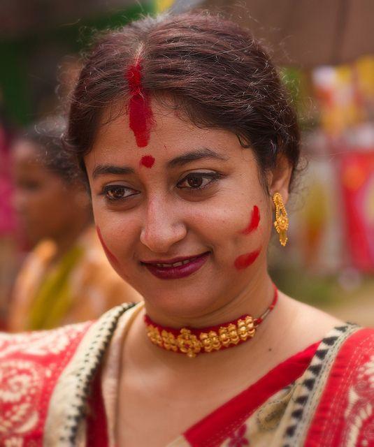 Sindoor é um pó vermelho que as mulheres casadas aplicam na divisa do cabelo. Ele significa o desejo de longevidade ao marido. A primeira vez que o Sindoor e aplicado é durante a cerimônia de casamento e quem aplica é o marido.