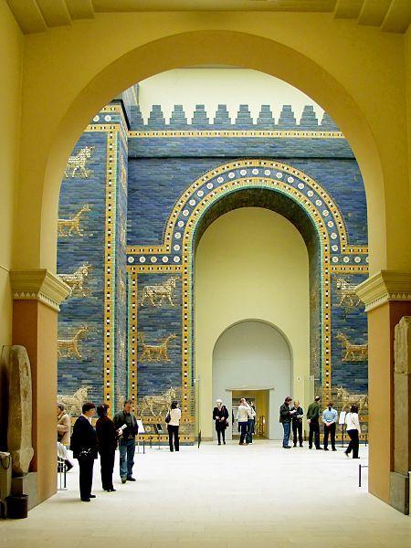 Porta de Ishtar, Babilônia, construída por volta de 575a.C. pelo rei Nabucodonosor II. Dedicado à deusa babilônica Ishtar, portal construído em azulejos azuis brilhantes mesclados com faixas de baixo-relevo ilustrando dragões e auroques. Considerado uma das Sete Maravilhas do Mundo Antigo. Reconstrução da Porta de Ishtar e via procissional foi feita no Museu Pergamon em Berlim, utilizando o material escavado por Robert Koldewey,finalizada em 1930. Com altura de 14 metros e extensão de 30…