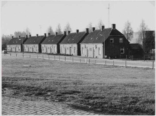 Woningen aan de Molenbergstraat in Zevenbergen. Op de achtergrond is Sporthal De Molenberg te zien.