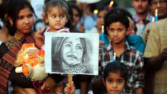 La ragazza è stata stuprata su una piattaforma in bambù rialzata in modo da permettere a tutti di assistere, compresi i bambini. La