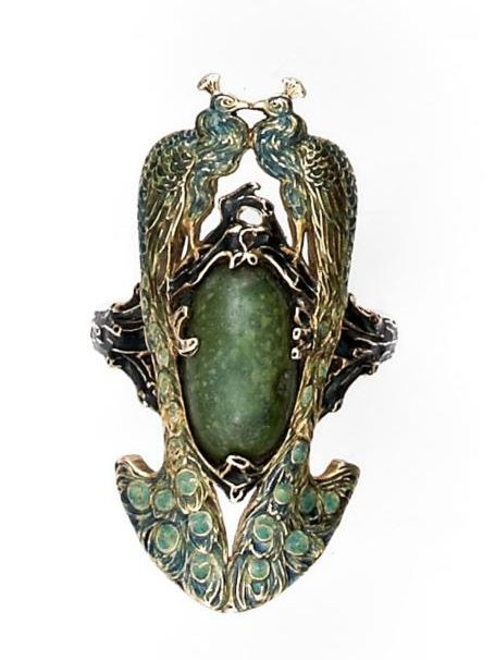 Beautiful Art Nouveau ring in yellow gold enameled green and blue - two birds facing each other, set with a jadeite cabochon jadeite.