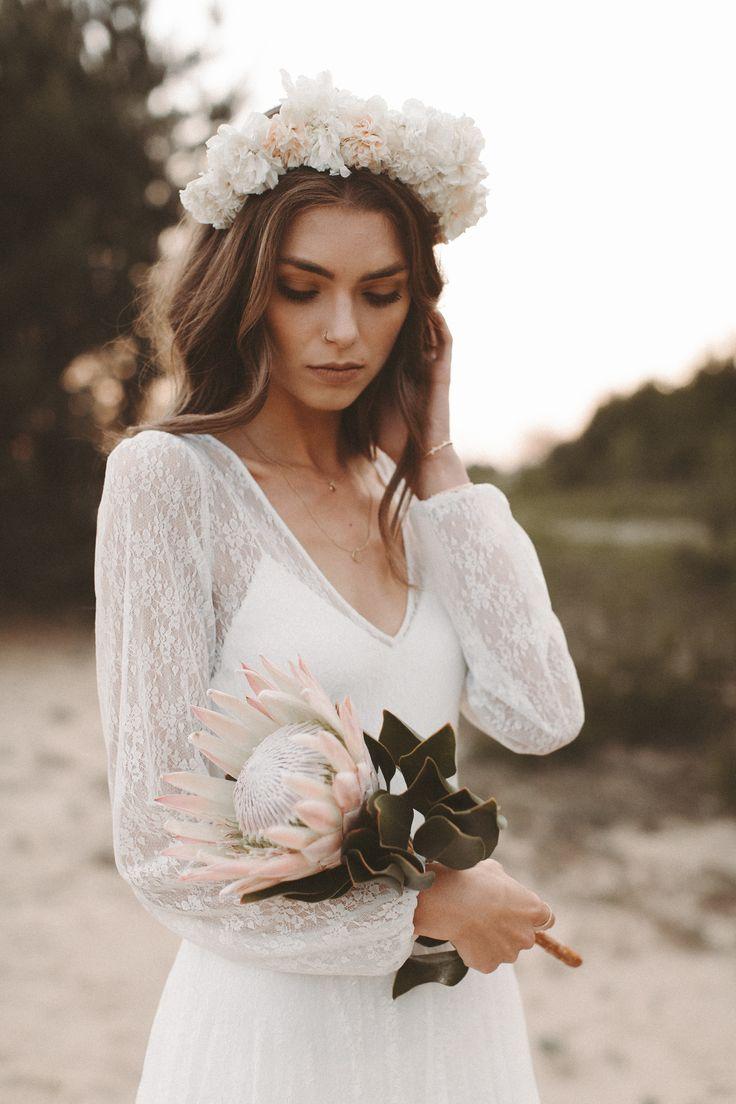Brautkleid lange Spitzenärmel Rückenausschnitt Boho Hochzeitskleid Vintage Blumenkranz – Goldblumenkind
