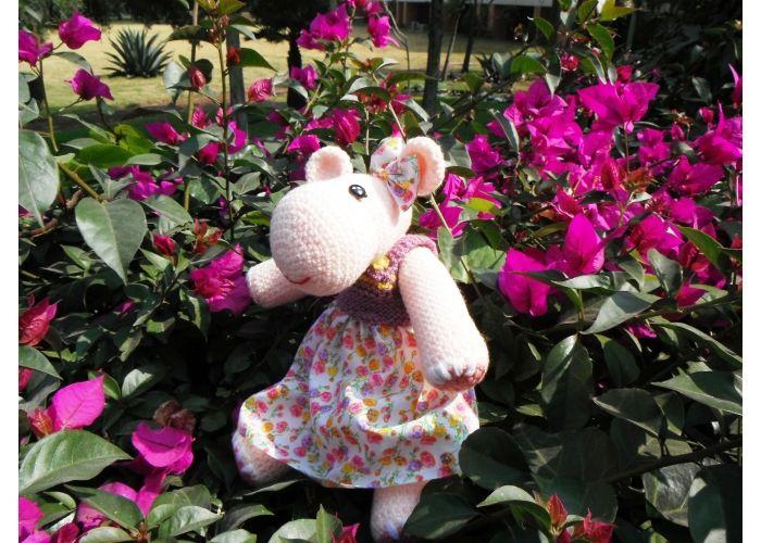 Linda Hipo amigurmi: -Mide aproximadamente 28 cm -Tejida en estambre rosa claro -Ojitos de botón -Tiene un lindo vestido tejido en agujas y falda de tela Hermoso detalle para obsequiar.