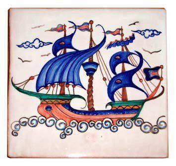 #Piastrella in #ceramica decorata con la tecnica della #maiolica. Raffigura un #veliero d'ispirazione alle decorazioni turche di iznik yurdan