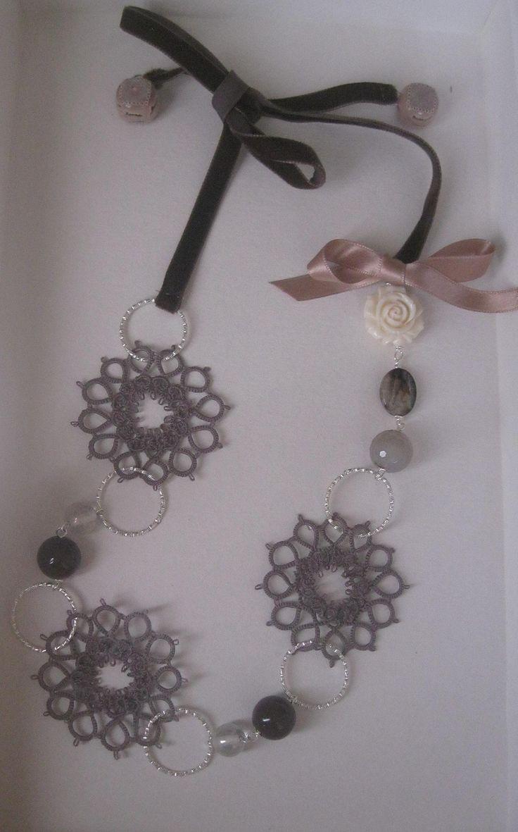 Una collana speciale per una sorella speciale! Chiacchieino, quarzi fumé, resina, velluto e bottoni realizzata da Simona Verrastro. Notedizucchero.blogspot.com