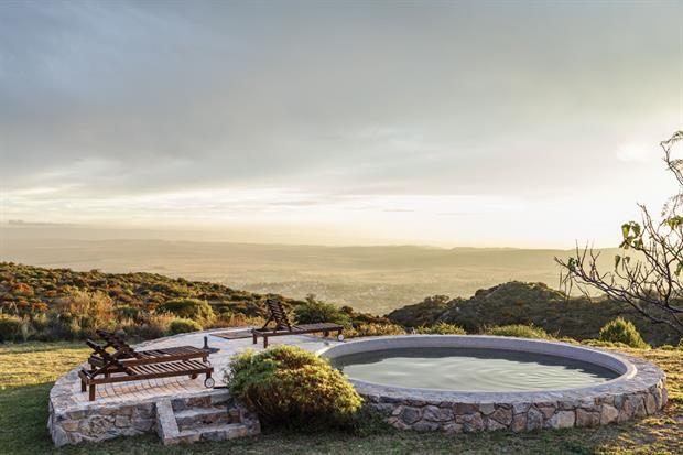 """En el punto más alto del terreno, la pileta era un tanque australiano al que le hicieron un revestimiento con venecitas. """"Es el lugar de las fotos: el agua y el infinito componen un paisaje inolvidable.  /Daniel Karp"""